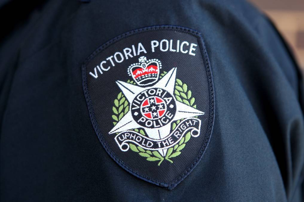 Bendigo police chase two erratic drivers after they failed to stop