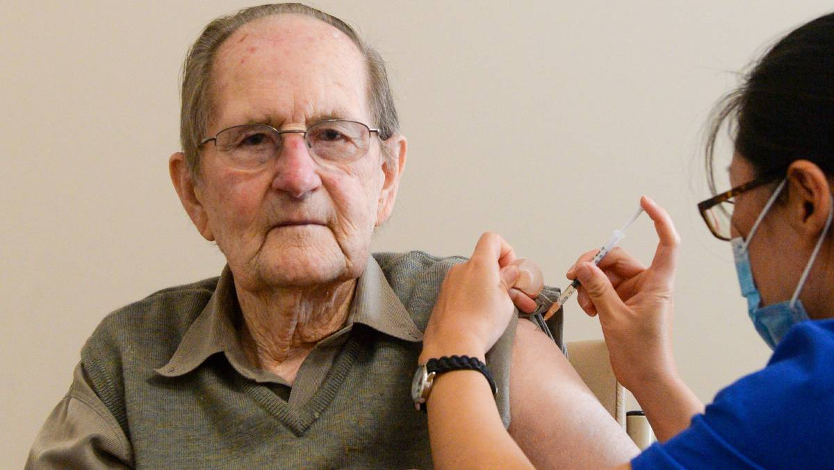 Bendigo's Arthur Eaton recieves his first shot of the Pfizer COVID-19 vaccine. Picture: DARREN HOWE